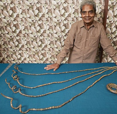 Shridhar Chillal fingernails long1 400x392 This Man Hasnt Cut His Fingernails In 62 Years