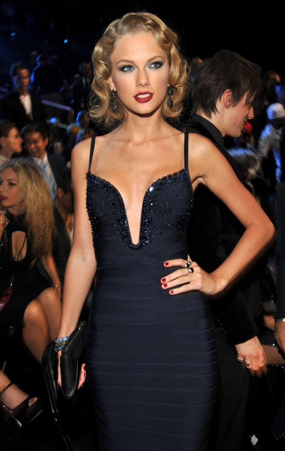 Taylor-Swift-Pictures--2013-VMA-MTV-Video-Music-Awards--16-560x884