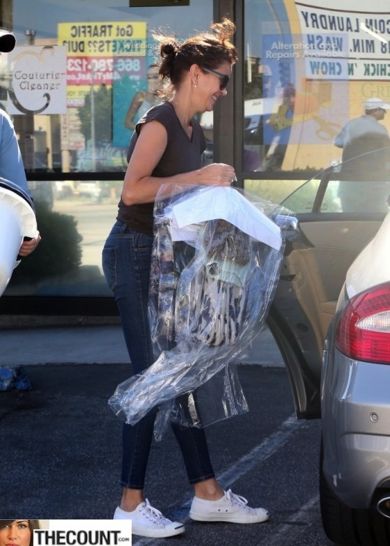 Teri-Hatcher---stops-to-pick-up-her-dry-cleaning-in-Beverly-Hills--07-560x783