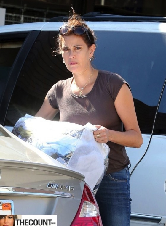Teri-Hatcher---stops-to-pick-up-her-dry-cleaning-in-Beverly-Hills--10-560x764