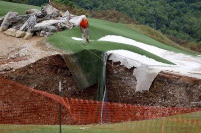 Top of the Rock Golf Course sinkhole 400x266 HOLE IN ONE! HUGE Sinkholes Appear On Missouri Golf Course