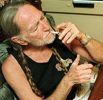 Willie-Nelson-smoking
