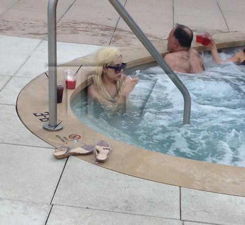 amanda-bynes-hot-tub-wig-photos-05-480w