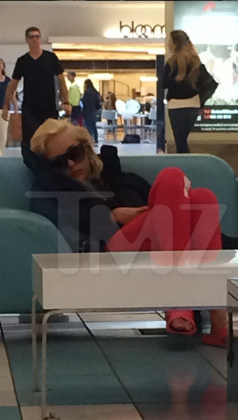 amanda bynes sleeping beverly center 3