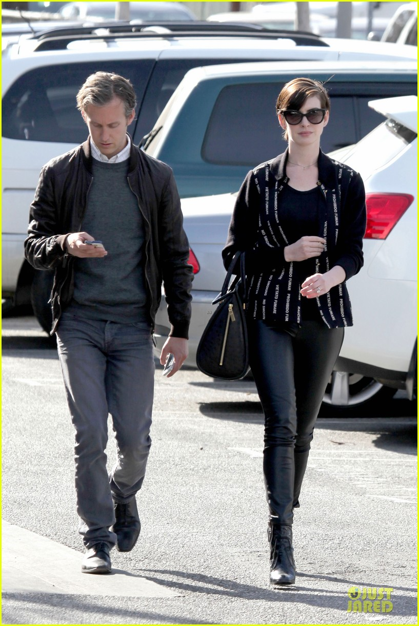 anne-hathaway-says-no-smoking-in-many-languages-01