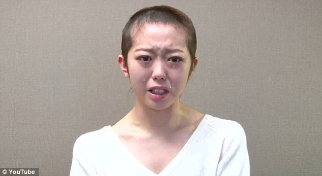 article 2272293 174BEC65000005DC 950 634x347 Why Did This Pop Star Tearfully Shave Her Head On Youtube?