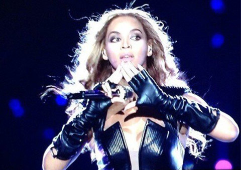 beyonce1 BEYONCÉ Caught Flashing ANOTHER Illuminati Symbol At Super Bowl Half Time!