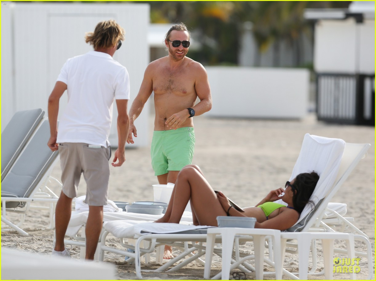 david-guetta-shirtless-beach-mystery-woman-02 |