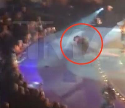 garth brooks falls on stage kentucky 4