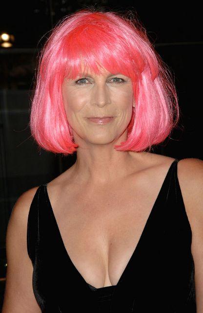 jamie lee curtis goes pink Jamie Lee Curtis Kisses Arnold Schwarzenegger in Pink Wig