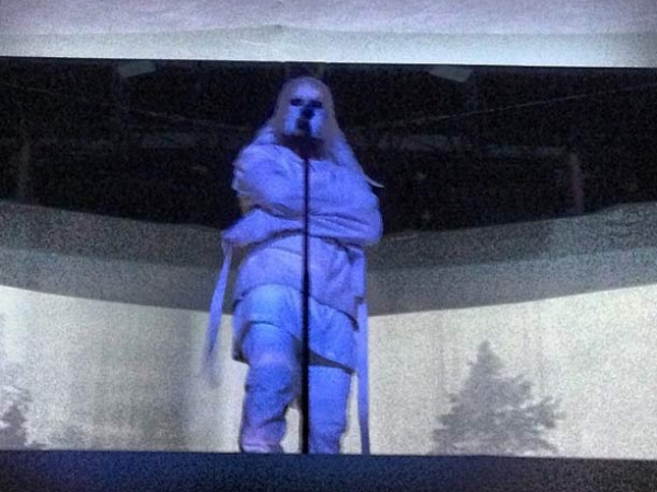 kanye west straitjacket1 600x450 Kanye West Performs In Straight Jacket