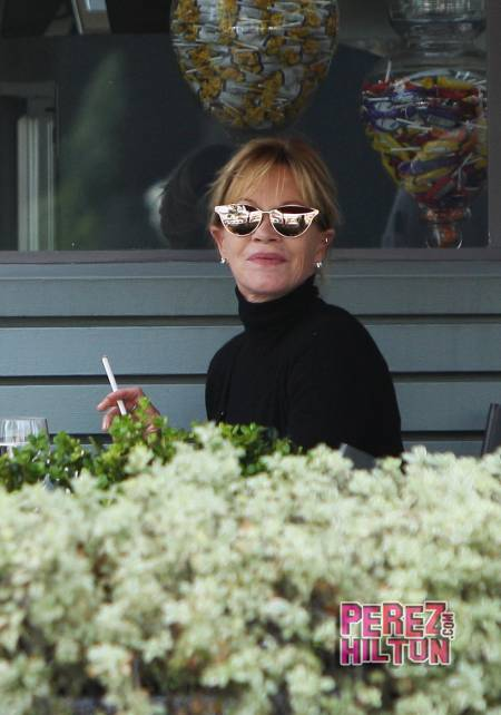 melanie-griffith-smoking-wenn-13__oPt
