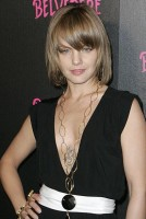 mena12 134x200 AMERICAN BEAUTY: Mena Suvari Tattoos And Freshly SINGLE