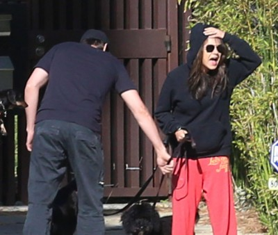 mila kunis freaking out on paparazzi 400x338 Mila Kunis And Ashton Kutcher OFFICIALLY MARRIED