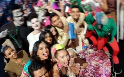 miley cyrus VMAS selfie crowd