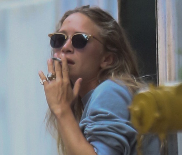What Is A Class Action Lawsuit >> We Can't Unsee These Photos Of The Olsen Twins Smoking ...