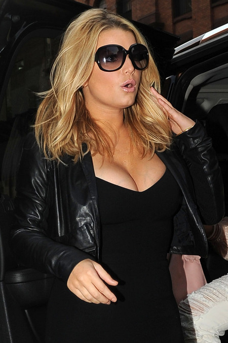 Jessica Simpson leaves her Manhattan hotel and dines at La Esquina restaurant in Soho.