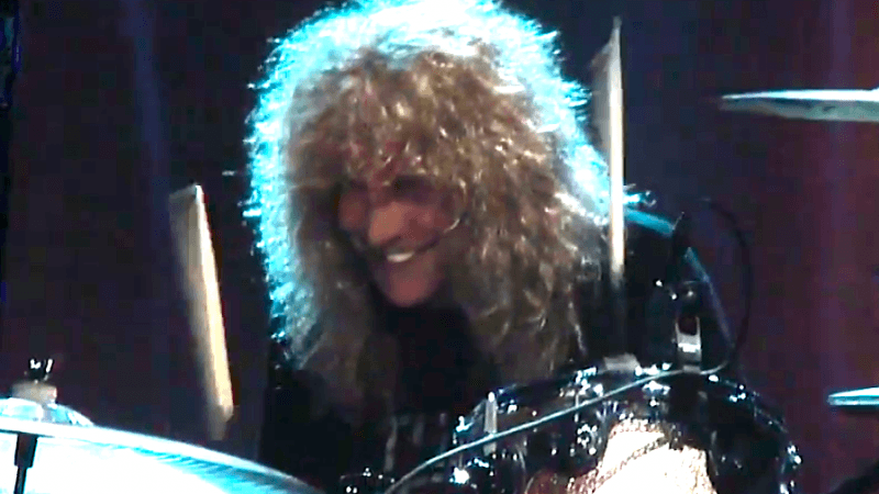steven adler hall of fame 2 800x450 AXL ROSE BLOWS GOLDEN OPPORTUNITY (VIDEO)