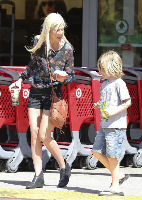 PREMIUM EXCLUSIVE Tori Spelling shopping at Target